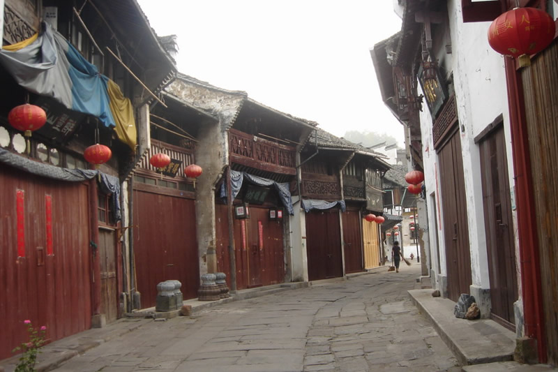 http://www.chinaodysseytours.com/tours/pictures/14-days-China-Kongfu-and-Natural-Tour/daybyday/tunxi-ancient-street-d.jpg
